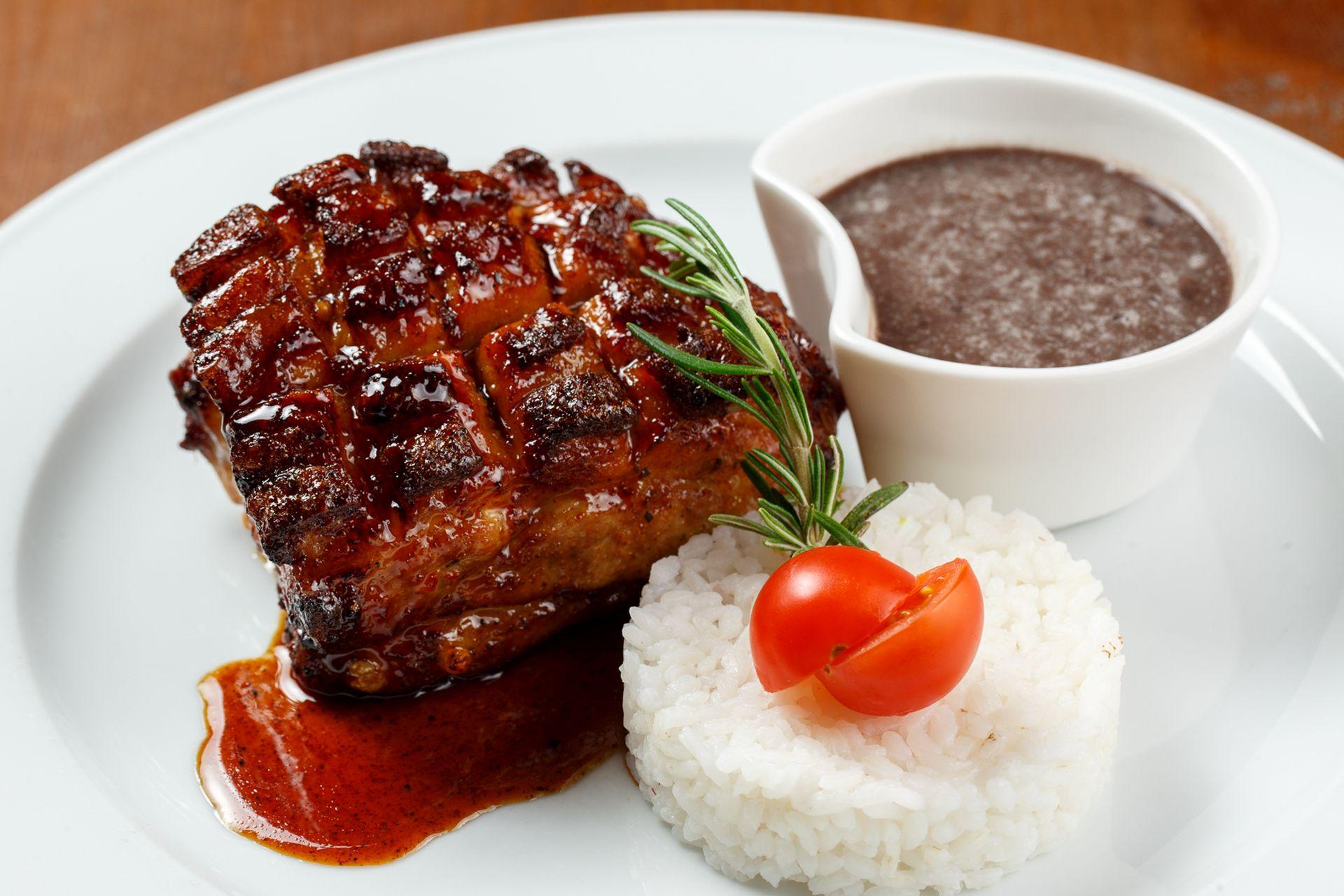Bistec de palomilla criollo y frijoles negras