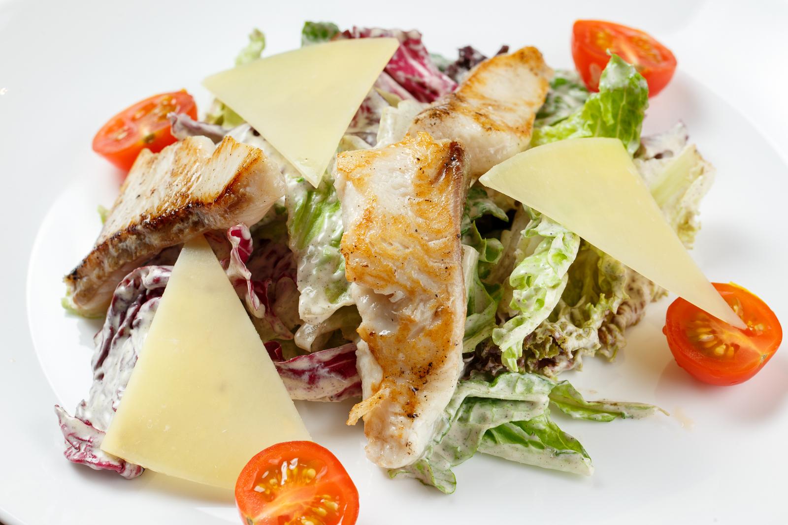 Салат со стейком акулы